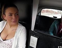 Amateur babe bangs female cab driver