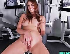 Brunette Shae Snow Wanks During Workout