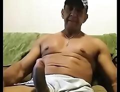 Coroa bem-dotado se masturbando no sof&aacute_