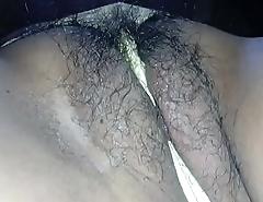 Una buena manoseada en la conchita peluda de claudia